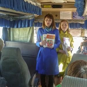 Акция к Общероссийскому дню библиотек «Читающий автобус». Фото 4