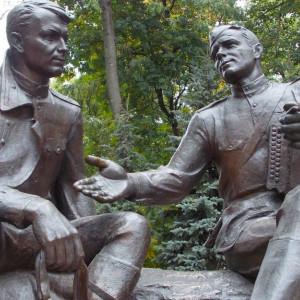 Памятник Александру Твардовскому и Василию Тёркину. Автор памятника – скульптор Альберт Сергеев