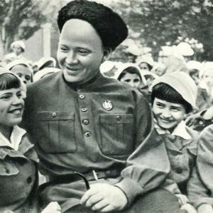 Аркадий Петрович Гайдар на встрече с артековцами